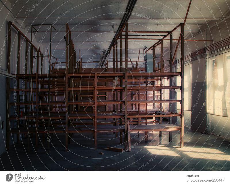 ordnungshalber Industrieanlage Fabrik Gebäude Mauer Wand Fenster dunkel braun grau Einsamkeit Leere Raster Rohrleitung Gedeckte Farben Innenaufnahme