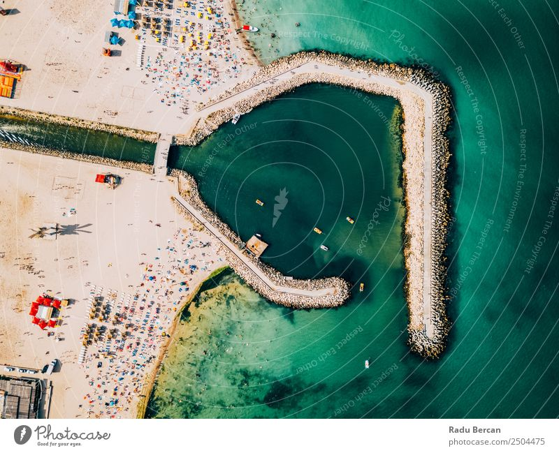 Luftaufnahme des Betonpiers auf türkisfarbenem Wasser im Schwarzmeerresort Costinesti in Rumänien Meer Felsen Strand Buhne Hintergrundbild blau Stein