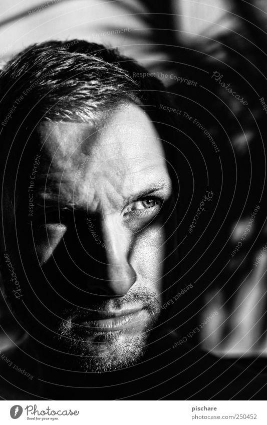 Paranoia maskulin Mann Erwachsene Gesicht 30-45 Jahre blond kurzhaarig Bart Dreitagebart beobachten dunkel Misstrauen Schatten Schwarzweißfoto Innenaufnahme