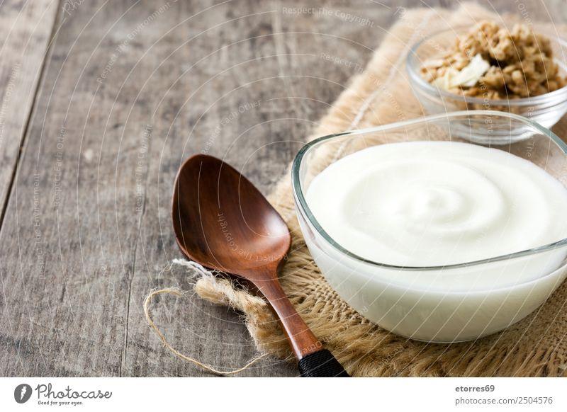 Griechischer Joghurt in Glasschale auf Holztisch Lebensmittel Dessert Süßwaren Ernährung Frühstück Bioprodukte Schalen & Schüsseln natürlich weiß Griechen