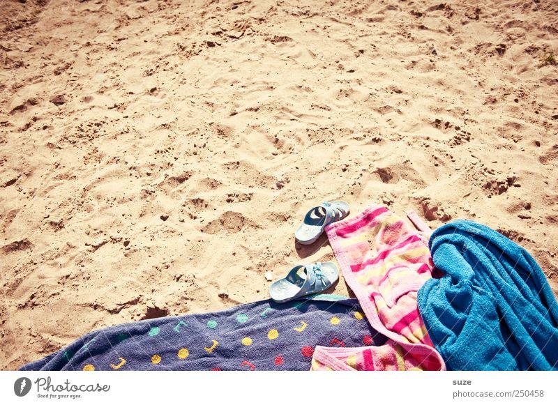 Sandgebäck Freude Sommer Ferien & Urlaub & Reisen Strand Umwelt Sand Schuhe Freizeit & Hobby liegen Stoff weich Falte Schönes Wetter Decke kuschlig trocknen
