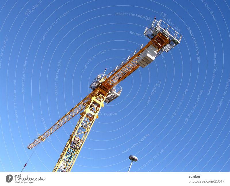mal wieder ein Kran Lampe gelb Luft Luftverkehr Klan Himmel Schönes Wetter blau oben