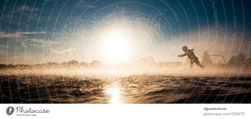 Into the Sun Freude Freizeit & Hobby Wakeboarden Sommer Sonne Sport Wassersport Sportler Wasserski Wasserskianlage Mensch maskulin Wassertropfen Sonnenlicht See