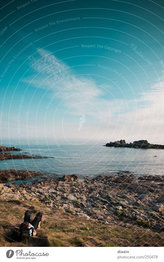 besser chillen Ferien & Urlaub & Reisen Tourismus Ausflug Ferne Freiheit Sommer Meer Mensch 1 Himmel Wolken Gras Felsen Küste Bucht Atlantik Felsküste liegen