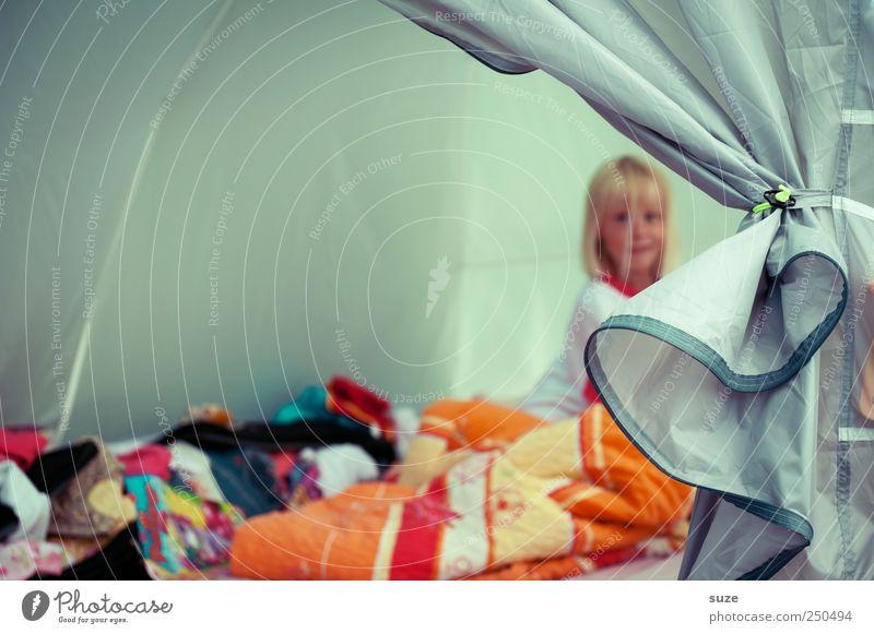 Guckst du Gesicht Ferien & Urlaub & Reisen Camping Bett Mädchen Kindheit 3-8 Jahre blond sitzen Zelt Bettwäsche Bettdecke Öffnung Zelteingang Farbfoto