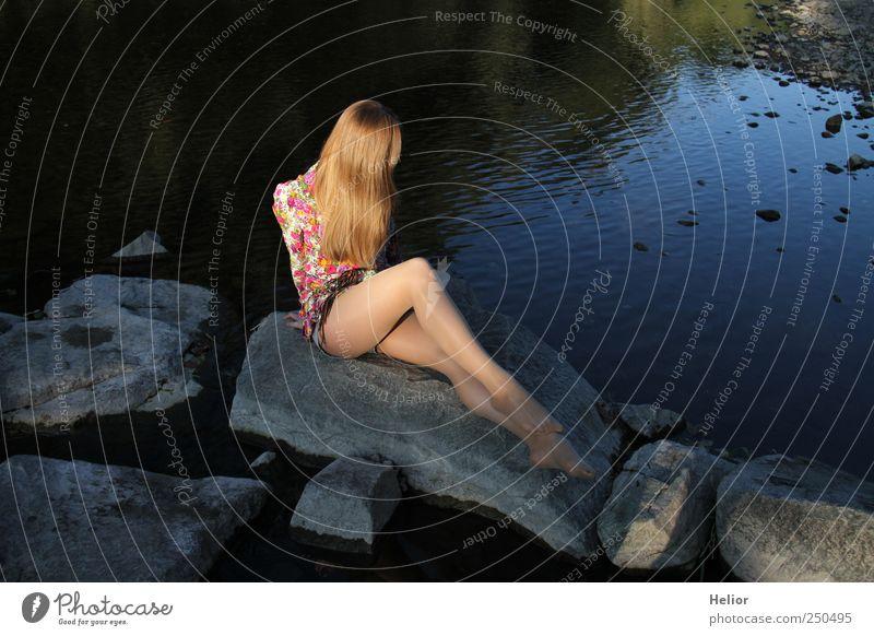 Meerjungfrau Mensch Jugendliche Wasser blau schön ruhig Erwachsene Erholung feminin Haare & Frisuren Stein elegant sitzen Romantik Fluss 18-30 Jahre