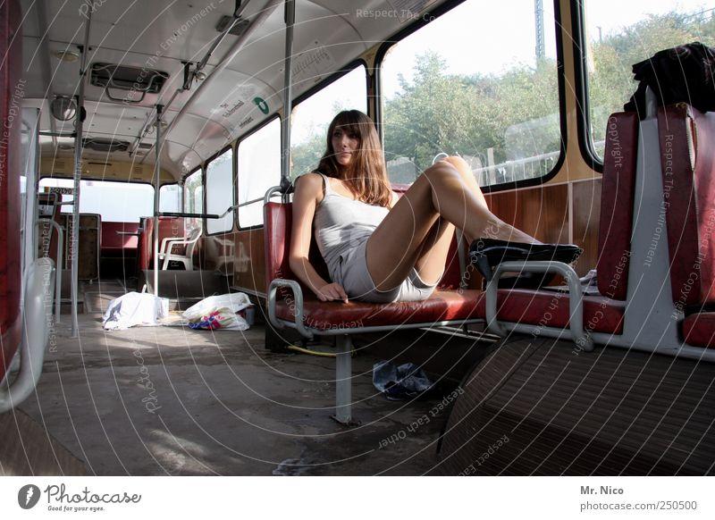 roadmovie Frau schön Einsamkeit feminin Erwachsene Beine Haut sitzen warten Lifestyle Coolness Körperhaltung beobachten dünn Bus langhaarig