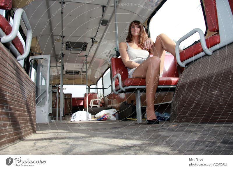 roadmovie part II Frau schön Einsamkeit feminin Erwachsene Beine Haut sitzen warten Lifestyle Coolness Körperhaltung beobachten dünn Bus langhaarig