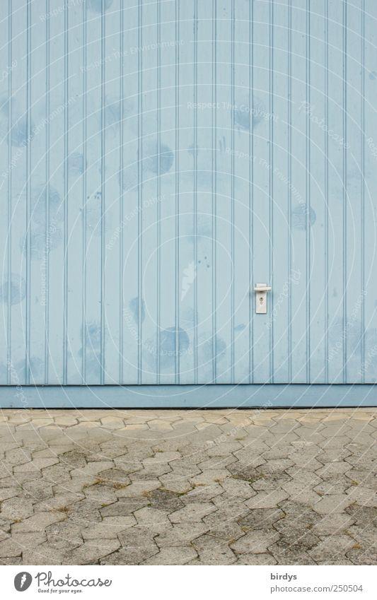 streetsoccergoal authentisch blau grau Garagentor Pflastersteine Vorplatz Blechtor Griff Schloss Einfahrt Farbfoto Außenaufnahme Menschenleer Textfreiraum links