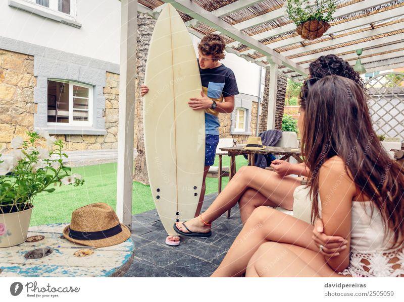Schöne Frauen, die Spaß in einem Surfkurs haben. Lifestyle Freude Glück schön Erholung Freizeit & Hobby Ferien & Urlaub & Reisen Sommer Strand Meer Garten Sport