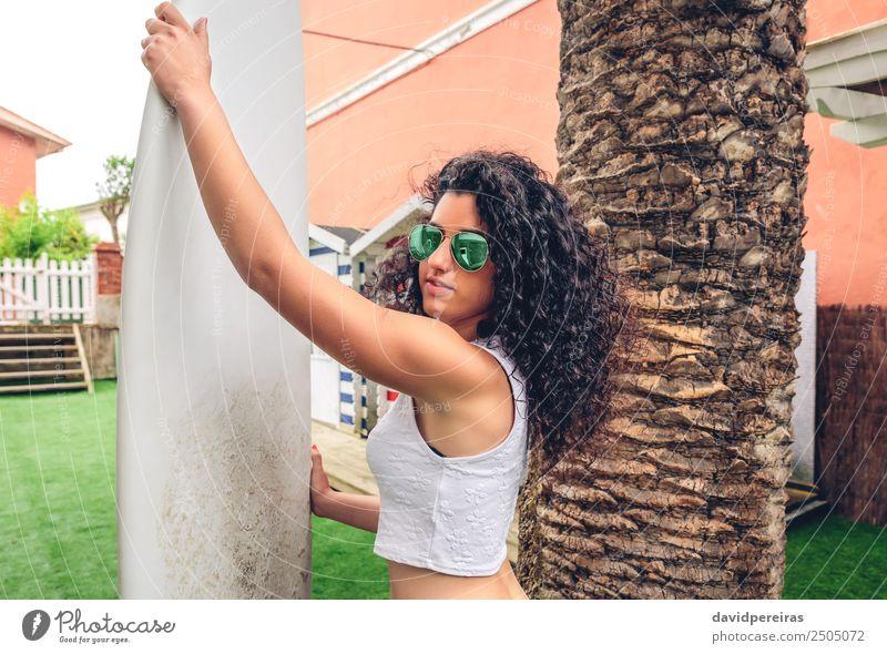 Brünette Surferin mit Top und Bikini mit Surfbrett Lifestyle Freude Glück schön Freizeit & Hobby Ferien & Urlaub & Reisen Sommer Strand Meer Garten Sport Mensch