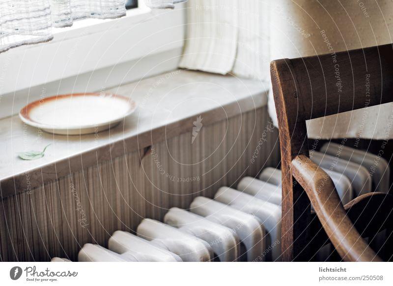 als wäre es gestern gewesen alt Blatt Einsamkeit Wand Fenster Mauer sitzen leer Stuhl Vergänglichkeit Tapete Vergangenheit Verfall Teller Heizkörper Gardine