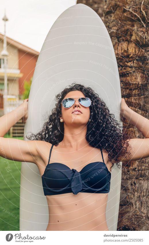 Brünette Surferin im Bikini stehend mit Surfbrett Lifestyle Freude Glück schön Freizeit & Hobby Ferien & Urlaub & Reisen Sommer Strand Meer Garten Sport Mensch