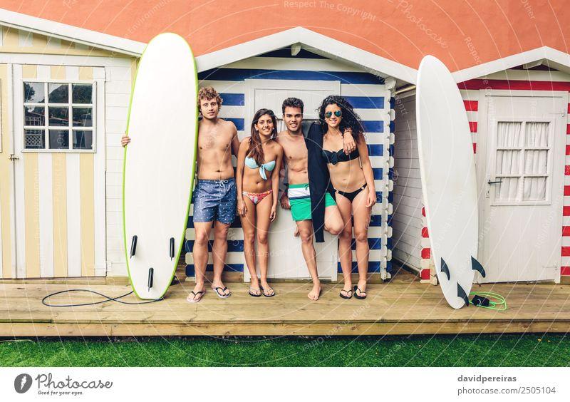 Gruppe von Menschen im Badeanzug, die Spaß im Freien haben. Lifestyle Freude Glück schön Erholung Freizeit & Hobby Ferien & Urlaub & Reisen Sommer Strand Meer
