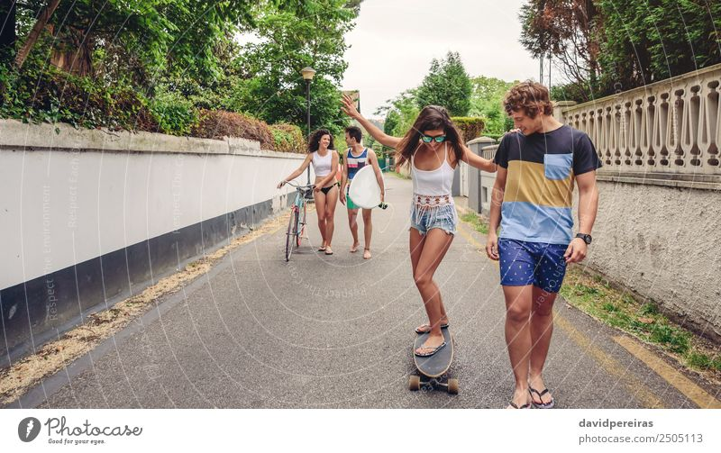 Fröhliche junge Frau fährt mit ihren Freunden auf Schlittschuhen. Lifestyle Freude Glück Freizeit & Hobby Ferien & Urlaub & Reisen Sommer Sport Erwachsene Mann