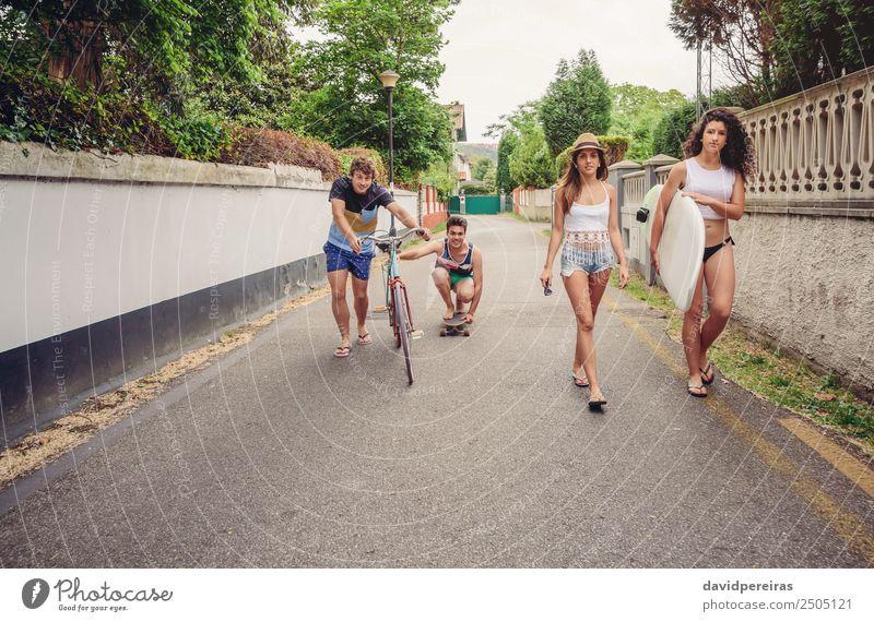 Fröhliche junge Leute haben Spaß mit Skateboard und Fahrrad. Lifestyle Freude Glück Erholung Freizeit & Hobby Ferien & Urlaub & Reisen Sommer Sport Frau