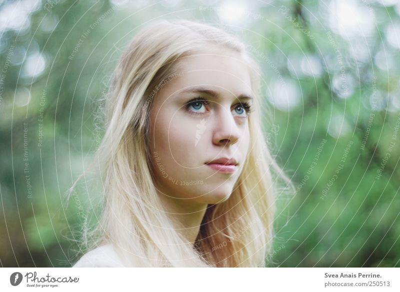 . feminin Junge Frau Jugendliche Haare & Frisuren Gesicht 1 Mensch 18-30 Jahre Erwachsene Sommer Schönes Wetter blond langhaarig beobachten einzigartig