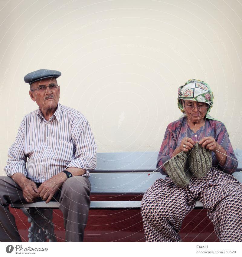 Der Winter kann kommen… Mensch Frau Mann alt ruhig Erwachsene Senior Paar Zusammensein Zufriedenheit maskulin Brille retro Bank Hut Hose
