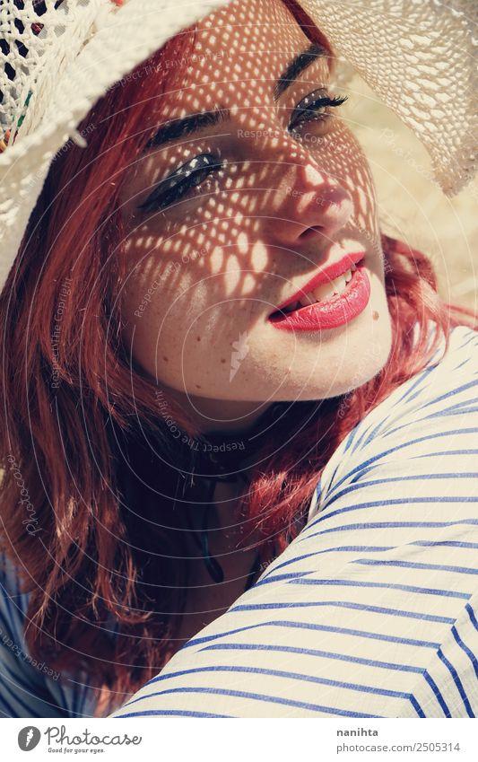 Junge Frau bedeckt die Sonne mit einem Hut. Lifestyle elegant Stil Wellness Sinnesorgane Erholung Ferien & Urlaub & Reisen Sommer Sommerurlaub Mensch feminin