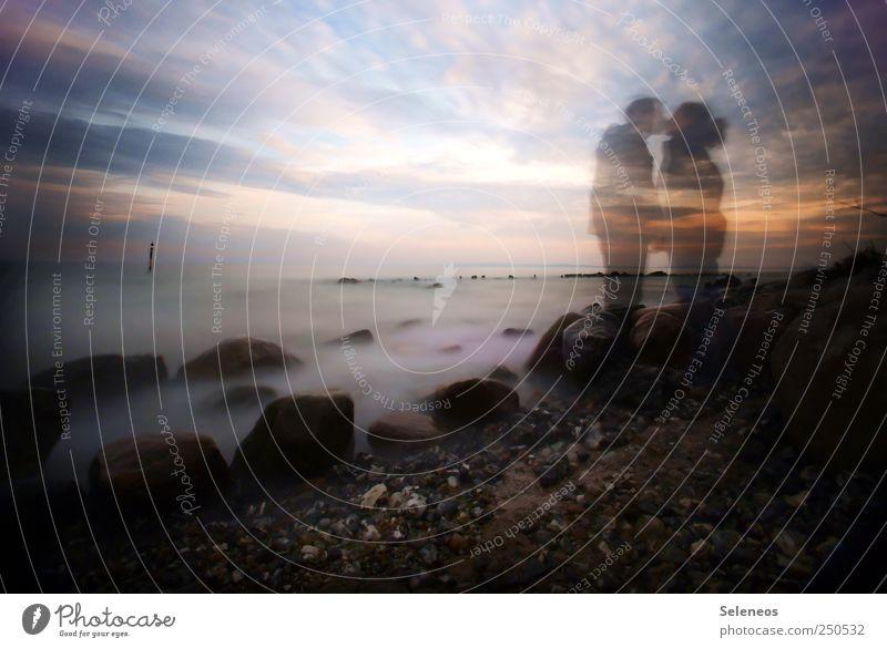 romantisch knutschen Frau Mensch Himmel Mann Natur Ferien & Urlaub & Reisen Strand Meer Wolken Ferne Liebe Freiheit Umwelt Landschaft Stein Erwachsene