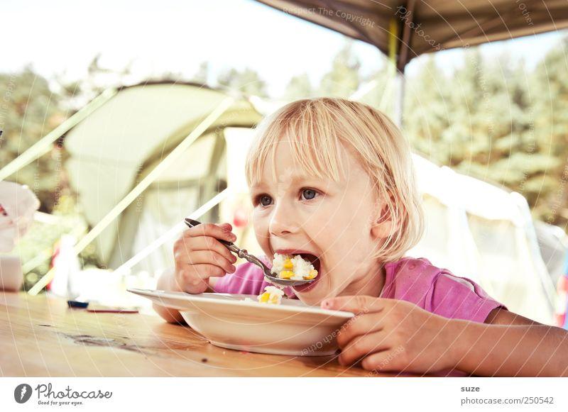 Maaamppfff Mensch Kind Ferien & Urlaub & Reisen Mädchen Freude Ernährung Lebensmittel Kindheit blond Freizeit & Hobby Speise Mund Tisch Kleinkind Appetit & Hunger Camping