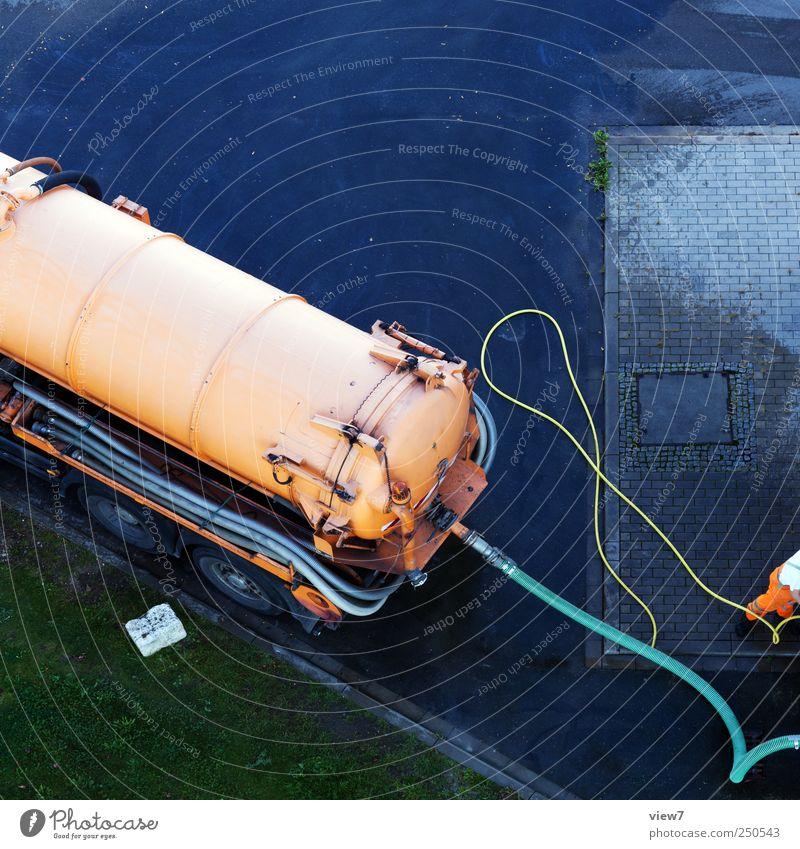Tanklaster alt Straße Arbeit & Erwerbstätigkeit warten dreckig Ordnung Verkehr frisch Industrie Baustelle authentisch Güterverkehr & Logistik einfach Reinigen