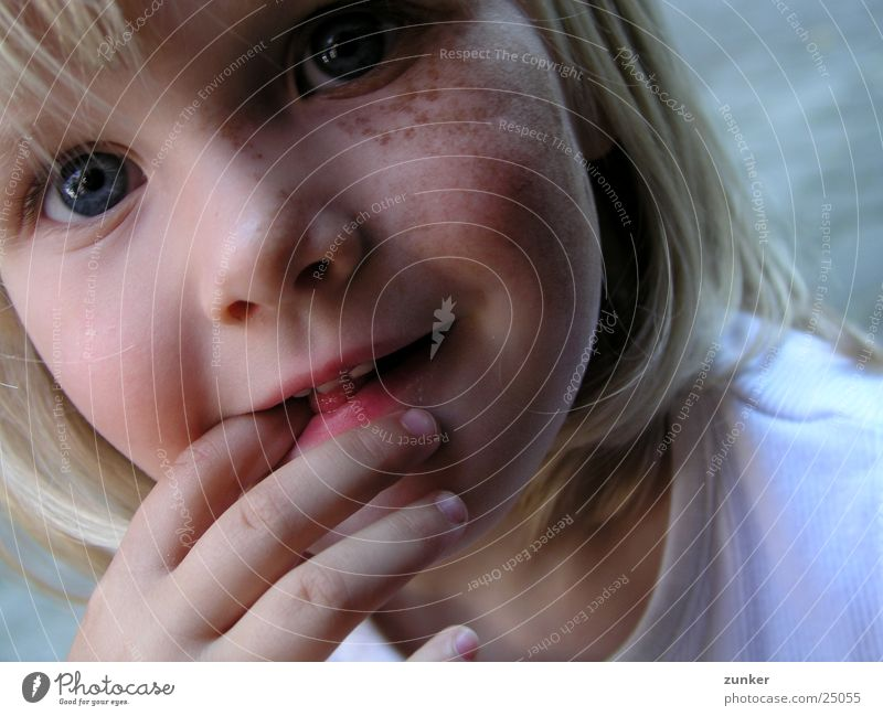 Emily Kind Hand Mädchen Auge Haare & Frisuren Mund Nase Elektrizität