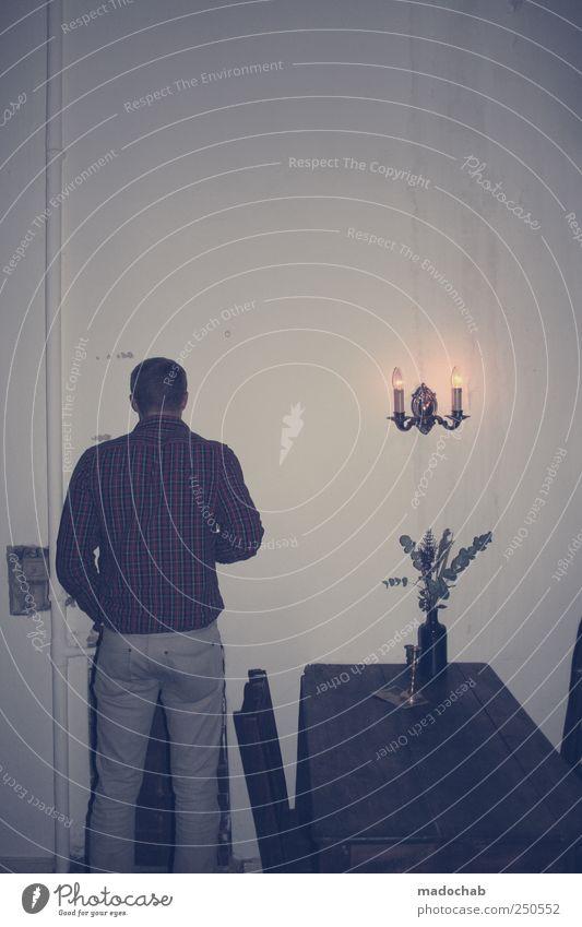 Mit dem Rücken nicht zur Wand Mensch Mann Einsamkeit Erwachsene Stil Wohnung Rücken maskulin Tisch Dekoration & Verzierung Häusliches Leben Lifestyle kaputt trist Coolness Kitsch