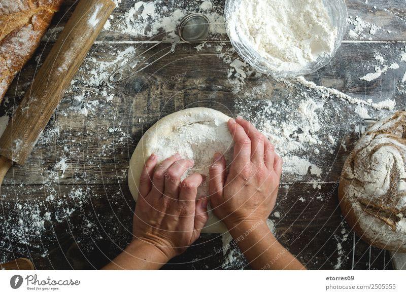 Frau beim Kneten von handwerklichem Brot Lebensmittel Gesunde Ernährung Foodfotografie Frühstück Mittagessen Abendessen Gesundheit Tisch Küche feminin