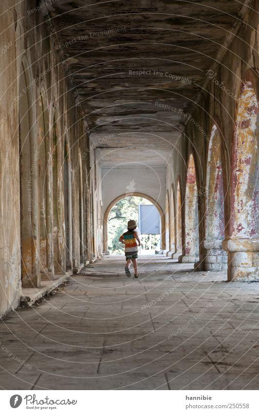durchlauf Mensch Kind alt Freude Haus Junge grau Gebäude braun Kindheit Freizeit & Hobby dreckig laufen Vergänglichkeit Bauwerk