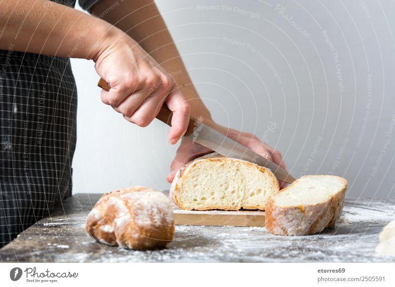 Frau beim Brotschneiden Lebensmittel Frühstück feminin Erwachsene 1 Mensch 30-45 Jahre Arbeit & Erwerbstätigkeit frisch Gesundheit Schneidewerkzeug Messer Küche