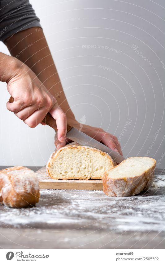 Frau schneidet Brot auf Holz Lebensmittel Gesunde Ernährung Foodfotografie Frühstück feminin Erwachsene 1 Mensch 30-45 Jahre Arbeit & Erwerbstätigkeit frisch