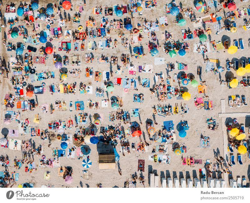 Luftaufnahme des überfüllten Strandes voller Menschen im Sommer Fluggerät Aussicht oben Ferien & Urlaub & Reisen Meer Hintergrundbild Menge Sand Wasser blau