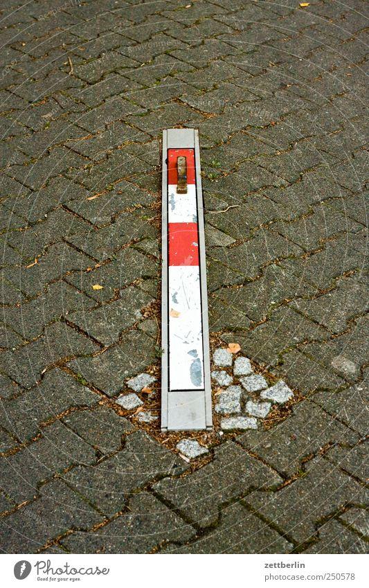 Sperre weiß rot Straße Wege & Pfade Stein Metall Schilder & Markierungen Platz Verkehr Bodenbelag Hinweisschild Zeichen Stahl Grenze Verkehrswege Pflastersteine
