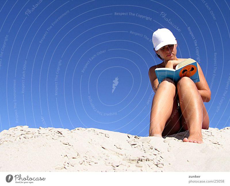 Anleitung zum Unschuldigsein Frau nackt lesen Buch Strand Baseballmütze Himmel Sand Haut blau Schirmmütze