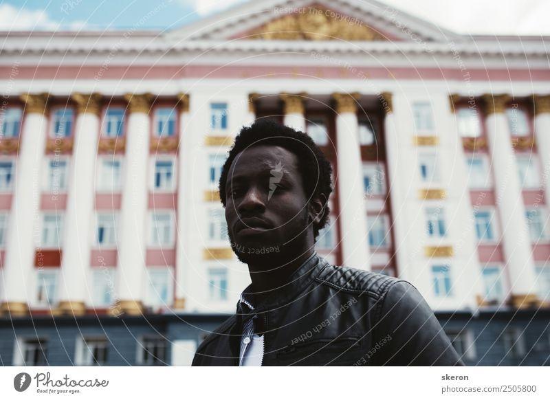 Der afrikanische Student vor dem Hintergrund der sowjetischen Architektur Lifestyle elegant Stil Mensch maskulin Junger Mann Jugendliche Erwachsene