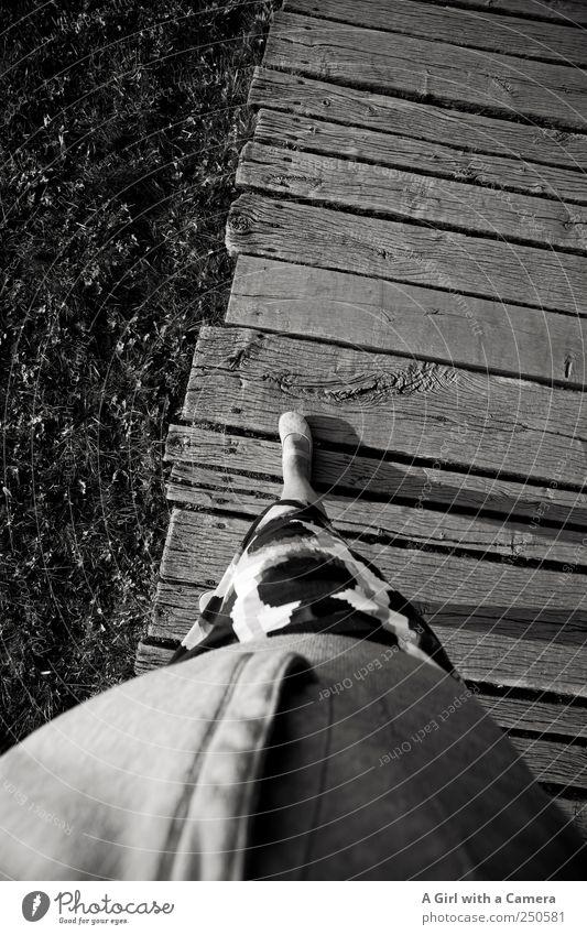 little foot Mensch Fuß 1 stehen Schuhe Rock Flur Fußweg Wege & Pfade Vogelperspektive deuten Schwarzweißfoto Außenaufnahme Textfreiraum oben Kontrast