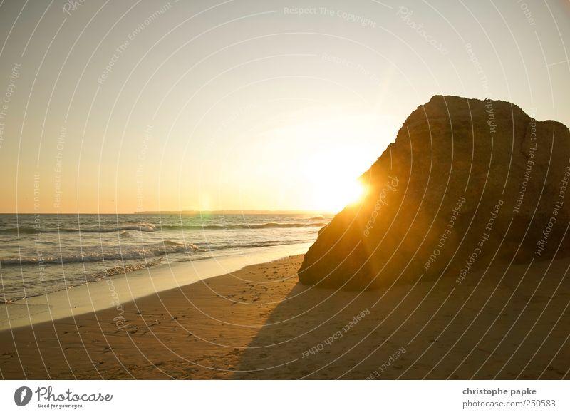 Fels in der Brandung Sonne Sommer Meer Strand Küste Horizont Wellen Felsen einzigartig Schönes Wetter Sommerurlaub Wolkenloser Himmel Portugal Endzeitstimmung Sonnenaufgang Wasser