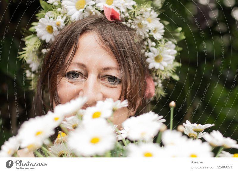 zum Ehrentag Mensch feminin Frau Erwachsene Kopf Haare & Frisuren Gesicht 45-60 Jahre Sommer Blume Blüte Blumenstrauß Margerite Blumenkranz
