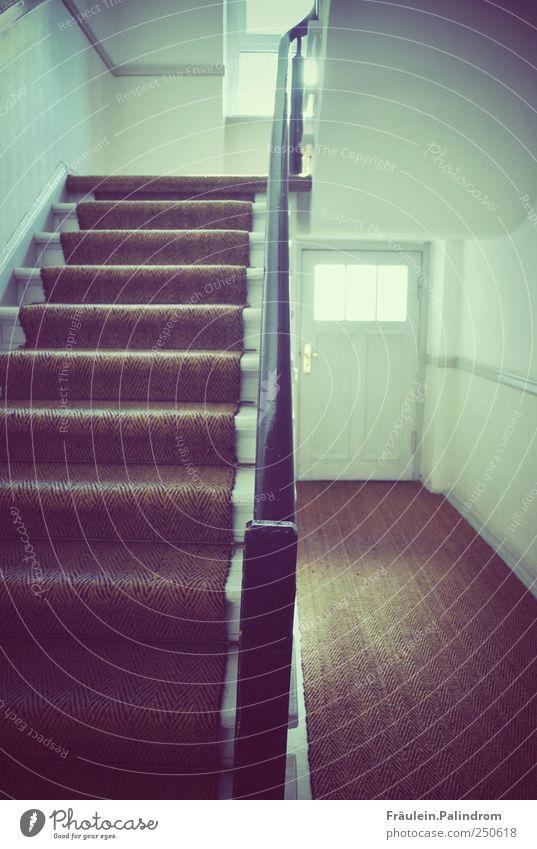Aufwärts. Haus Tor Treppe Fenster Tür Holz leuchten Flur Treppenhaus Gelände festhalten Wege & Pfade weiß Wand schwarz Fußmatte Strukturen & Formen gerade