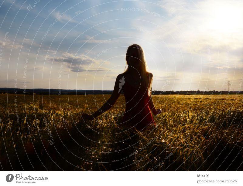 entfesselt Mensch feminin Junge Frau Jugendliche 1 18-30 Jahre Erwachsene Feld hell schön Stimmung Hoffnung ruhig Farbfoto mehrfarbig Außenaufnahme