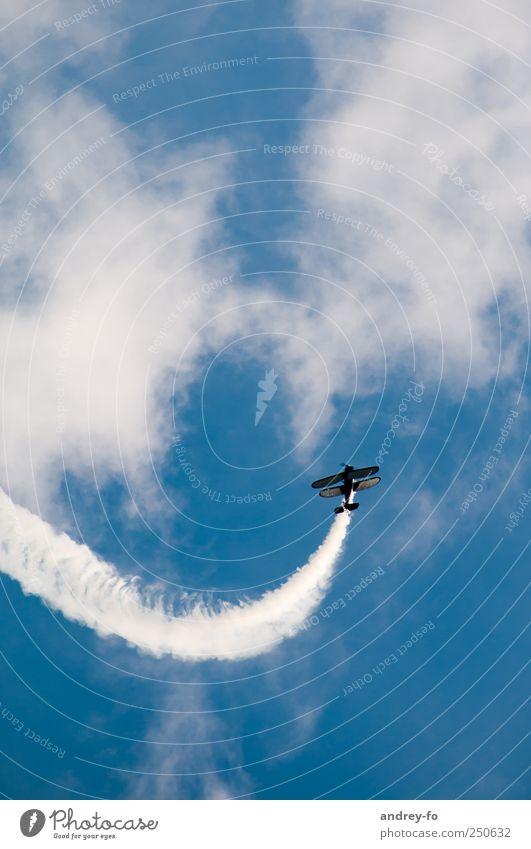 Nach oben! Luftverkehr Flugzeug Doppeldecker Sportflugzeug Flugplatz fliegen blau Flugangst Mut Zukunft Himmel himmelblau hell streben Kunstflug Flugschau
