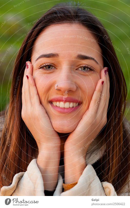 Lächelndes Teenagermädchen Lifestyle Freude Glück schön Gesicht Mensch Frau Erwachsene Jugendliche Natur Gras Park Mode brünett Fröhlichkeit frisch natürlich