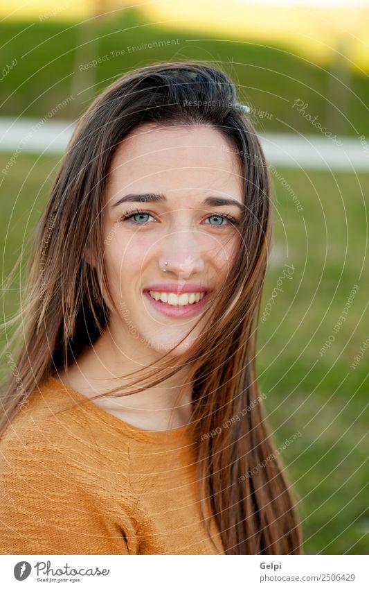 Außenporträt eines schönen, glücklichen Teenagermädchens Glück Sonne Mensch Frau Erwachsene Jugendliche Natur Wind Gras Park Wiese Mode Piercing genießen