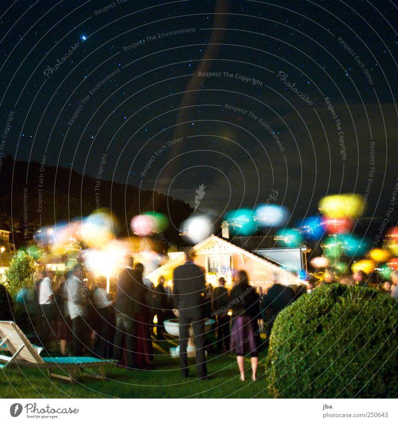 vor dem Abflug Mensch blau grün gelb Wiese dunkel Bewegung Glück Menschengruppe Park Zufriedenheit warten fliegen Stern maskulin Hochzeit