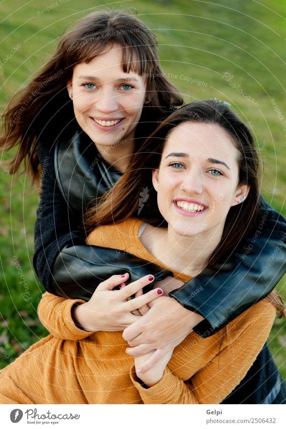 Außenporträt von zwei glücklichen Schwestern Lifestyle Freude Glück schön Leben Mensch Frau Erwachsene Familie & Verwandtschaft Freundschaft Jugendliche Zähne