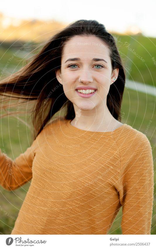 Außenporträt eines schönen, glücklichen Teenagermädchens Glück Gesicht Sonne Mensch Frau Erwachsene Jugendliche Natur Wind Gras Park Wiese Mode genießen frei