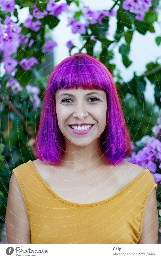Glückliche Frau mit lila Haaren Lifestyle Stil Freude schön Haare & Frisuren Gesicht Wellness Sommer Mensch Erwachsene Natur Pflanze Blume Park Mode Lächeln