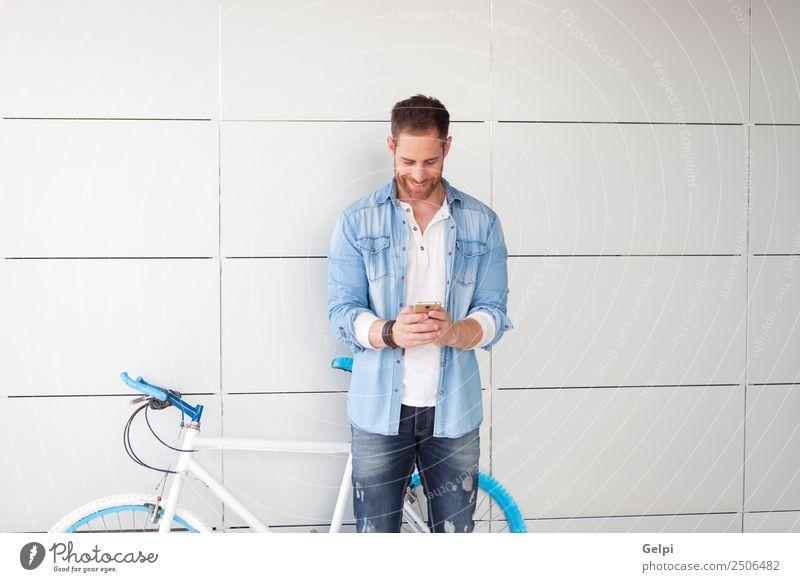 Mensch Mann blau Straße Erwachsene Lifestyle Stil Glück Business Textfreiraum retro Technik & Technologie Musik Lächeln stehen Telefon