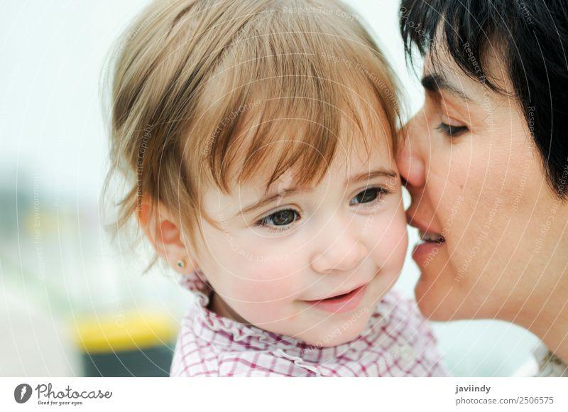 Junge Frau küsst ihre süße kleine Tochter. Lifestyle Freude Glück schön Spielen Kind Mensch feminin Jugendliche Erwachsene Eltern Mutter